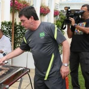 Andrés Sanchez, diretor de Seleções da CBF, prepara churrasco durante almoço da seleção (08/08/2012)
