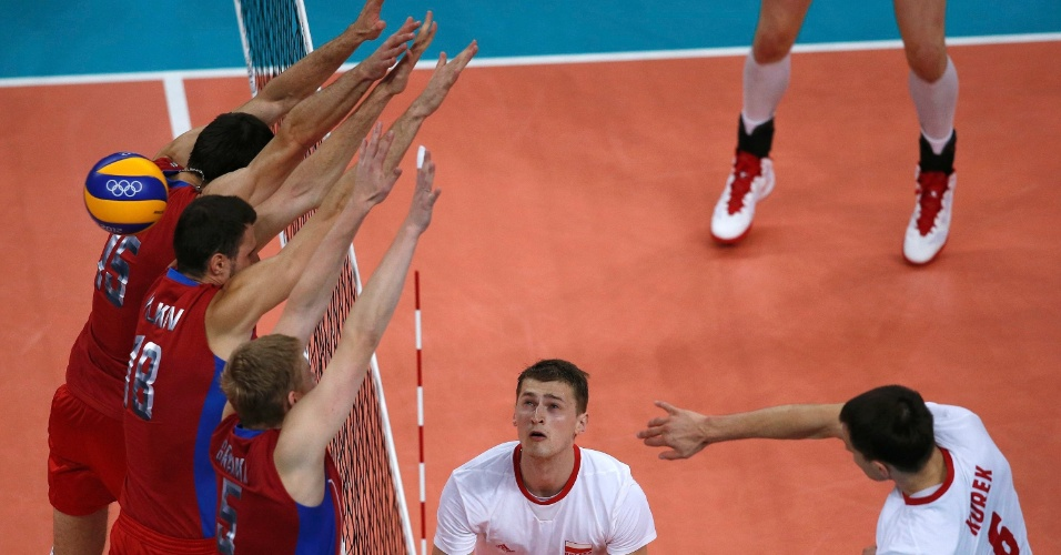 Ataque de polonês Bartosz Kurek passa por bloqueio triplo da Rússia nas quartas de final do vôlei masculino