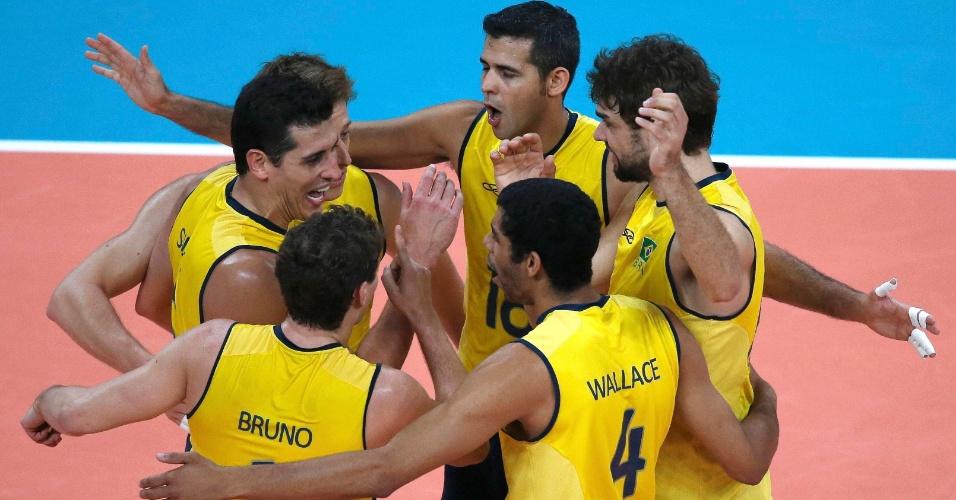 Atletas do Brasil comemoram ponto na vitória por 3 sets a 0 sobre a Argentina nas quartas de final do vôlei masculino na Olimpíada