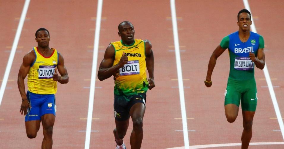 Brasileiro Aldemir da Silva Junior corre na raia ao lado do jamaicano Usain Bolt durante a semifinal dos 200 m rasos dos Jogos de Londres