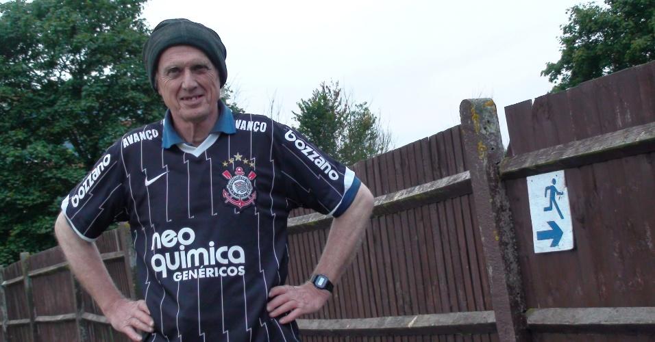 """Brian Phillips é o """"faz tudo"""" do clube: cuida desde a bilheteria e até vende as camisetas rosa e marrom do time por 30 libras (R$ 90)"""
