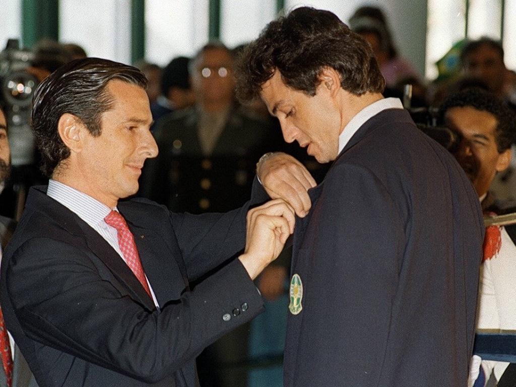 Carlão, capitão da seleção campeã olímpica, é condecorado pelo então presidente Fernando Collor de de Mello pela conquista do ouro em Barcelona (31/07/1992)