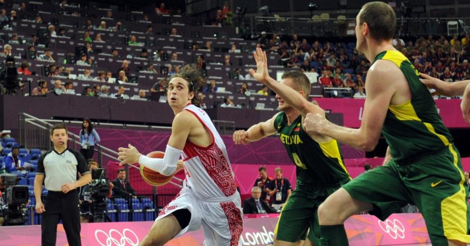 Cercado pelos lituanos Rimantas Kaukenas e Darius Songaila, Russo Alexey Shved conduz bola em partida entre duas seleções, válida pelas quartas de final dos Jogos de Londres