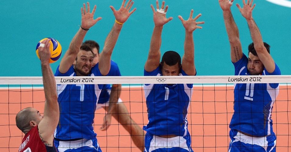Clayton Stanley, dos Estados Unidos tenta ataque contra bloqueio triplo da Itália na partida das quartas de final