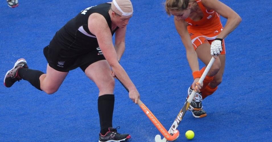 Com a cabeça enfaixada, Katie Glynn, da Nova Zelândia, briga pela bola na semifinal feminina do hóquei na grama contra a Holanda; atleta foi atingida e sangrou muito, mas voltou para a partida