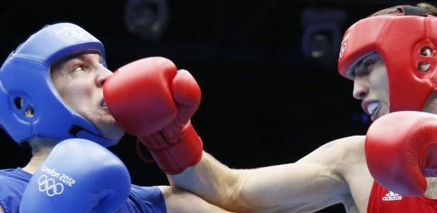 De vermelho Teymur Mammadov, do Azerbaijão, atinge o rival Siarhei Karneyeu em combate entre pesados