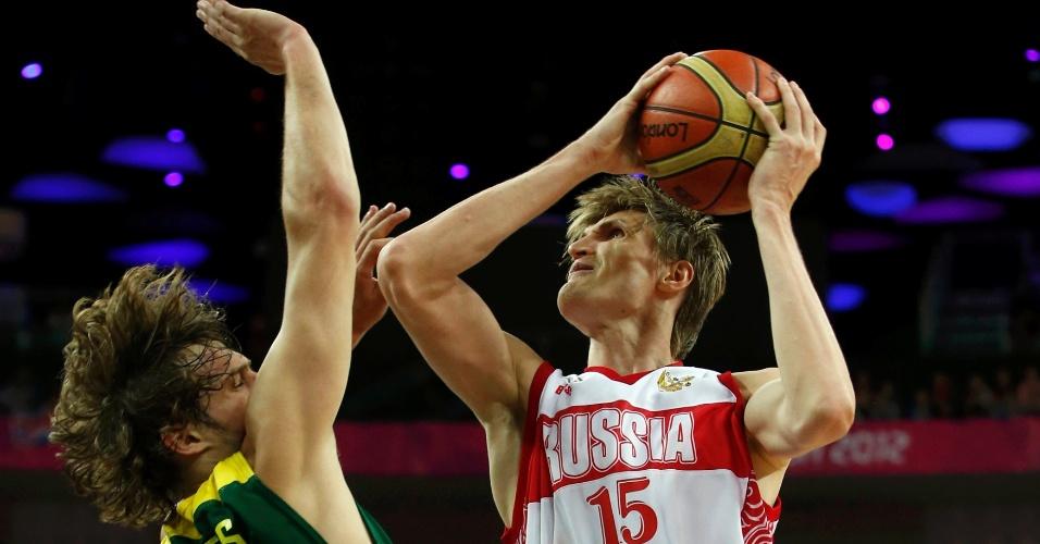 Destaque russo, Andrei Kirilenko tenta escapar da marcação do lituano Simas Jasaitis nas quartas de final das Olimpíadas