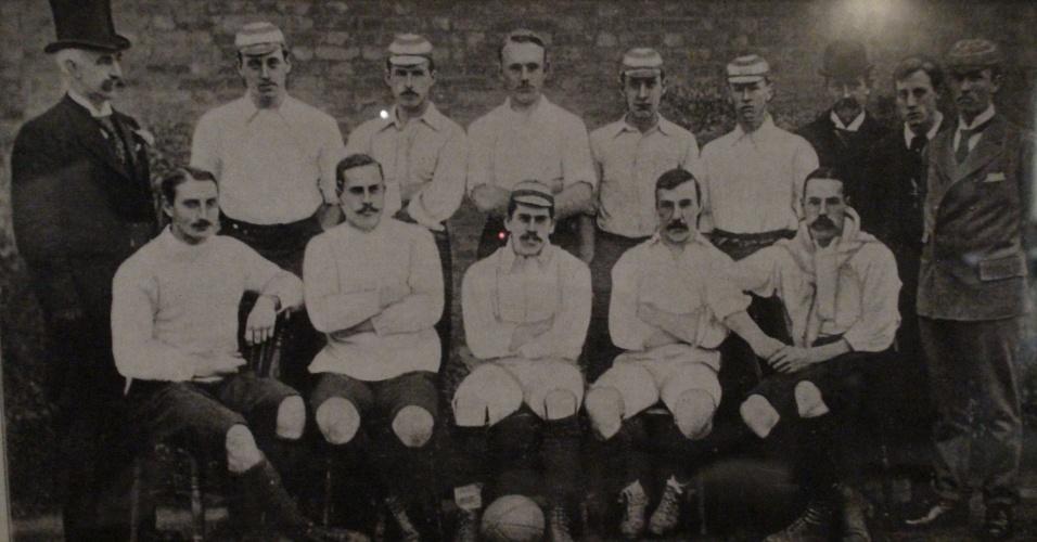 Foto no pub mostra formação do início do século 20, quando o Corinthians londrino era o time mais forte da Inglaterra