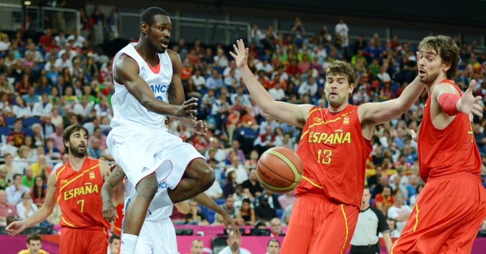 Francês Yannick Bokolo tenta realizar assistência em partida contra a França, pelas quartas de final do torneio olímpico de basquete