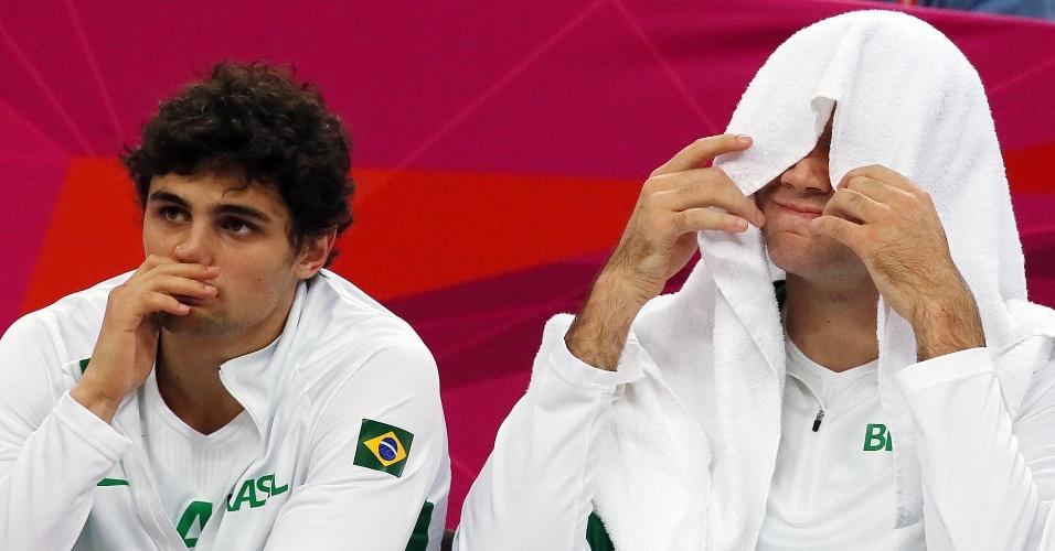 Frustração toma conta do banco de reservas brasileiro, após a eliminação da seleção masculina de basquete dos Jogos de Londres