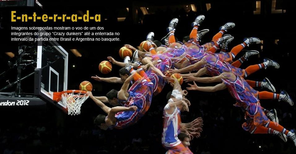 Imagens sobrepostas mostram o voo de um dos integrantes do grupo ?Crazy dunkers? até a enterrada no intervalo da partida entre Brasil e Argentina no basquete.