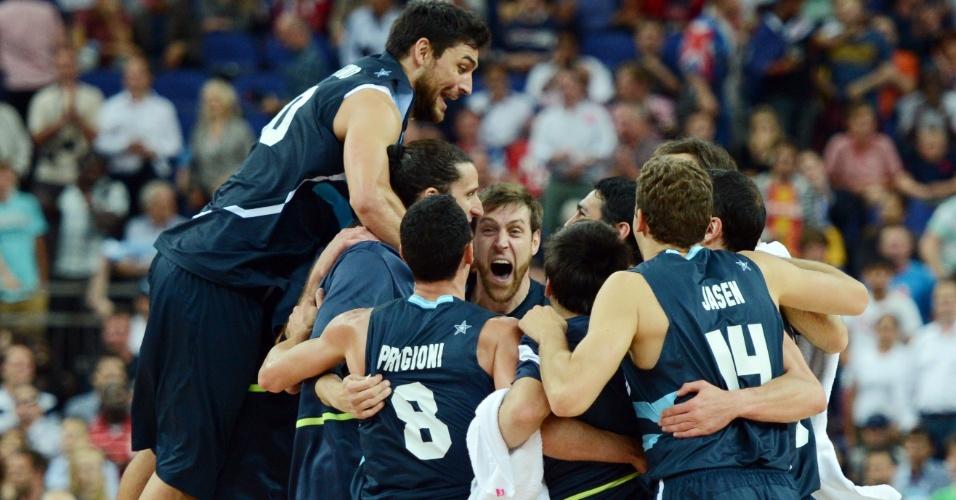 Jogadores argentinos celebram vitória sobre seleção brasileira, por 82 a 77, pelas quartas de final dos Jogos Olímpicos de Londres