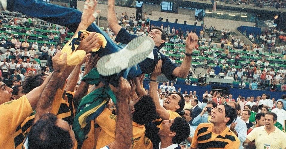 Jogadores atiram para cima o técnico José Roberto Guimarães, que comandou a seleção rumo ao ouro de Barcelona-1992