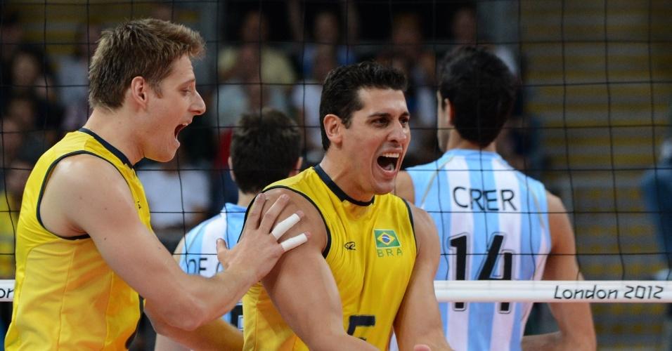 Jogadores brasileiros comemoram ponto sobre a Argentina no primeiro set das quartas de final do vôlei masculino