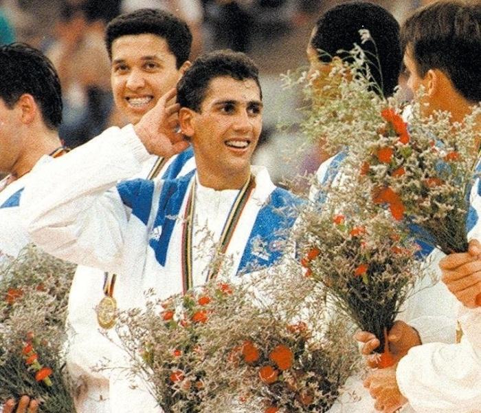 Jogadores brasileiros festejam no pódio a conquista da medalha de ouro no vôlei da Olimpíada de Barcelona-1992