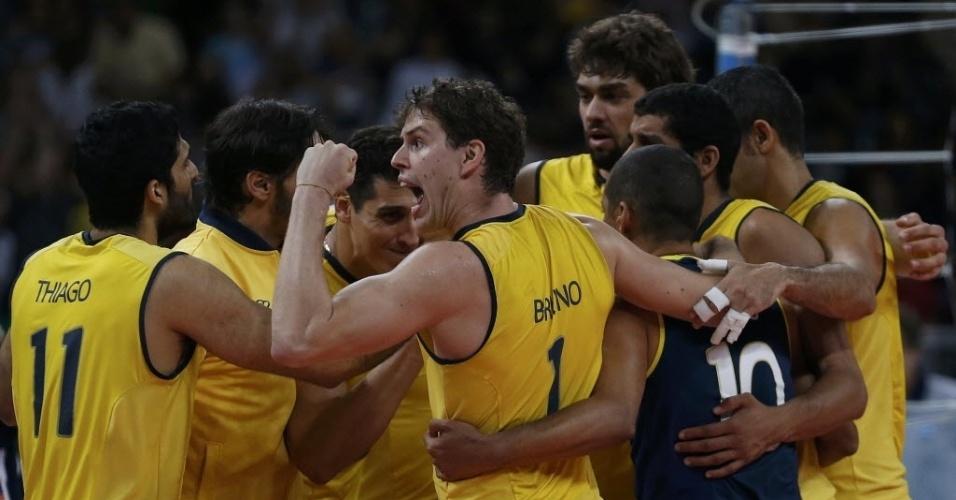 Jogadores brasileiros se abraçam para comemorar a vitória sobre a Argentina, que levou a equipe à semifinal