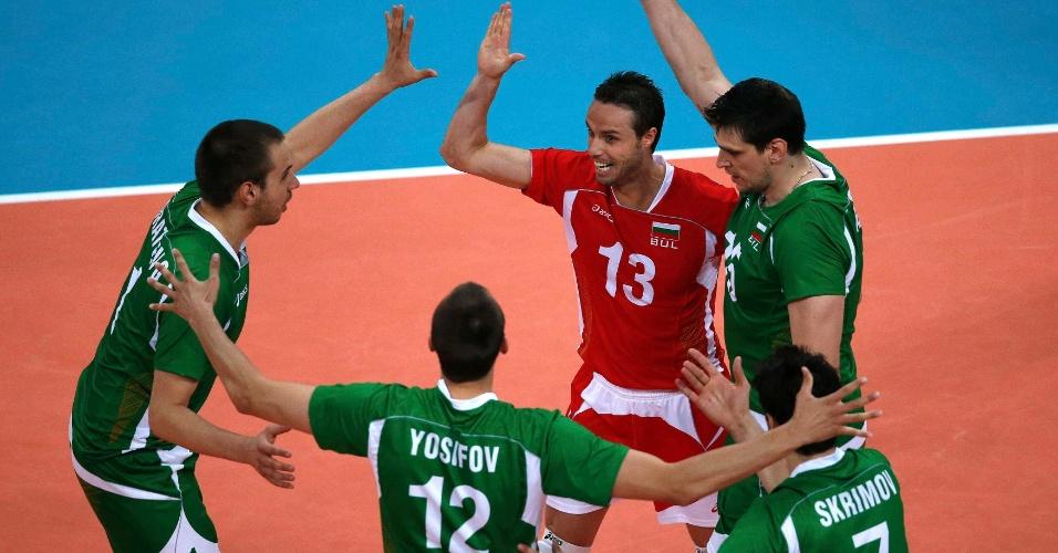 Jogadores da Bulgária comemoram ponto marcado na partida contra a Alemanha pelas quartas de final