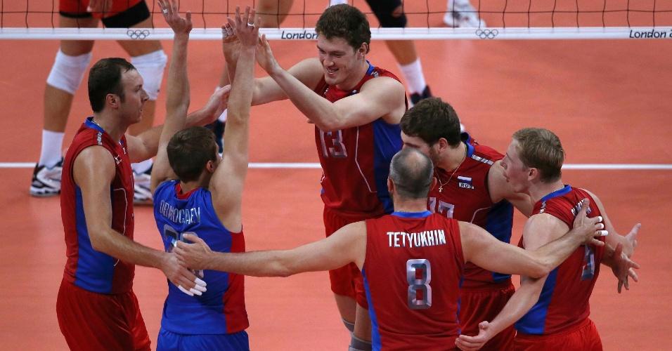 Jogadores da Rússia comemoram ponto na partida contra a Rússia pelas quartas de final