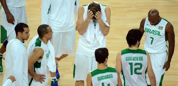 Jogadores da seleção brasileira de basquete deixam a quadra após derrota para a Argentina, nos Jogos de Londres