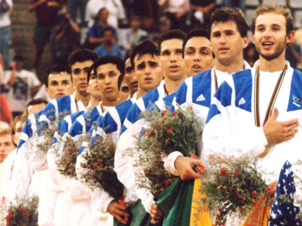 Jogadores da seleção brasileira de vôlei ouvem o hino nacional no pódio da premiação do vôlei em Barcelona-1992