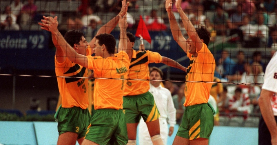 Jogadores da seleção masculina de vôlei comemoram ponto em vitória do Brasil sobre os Estados Unidos na Olimpíada de Barcelona-1992