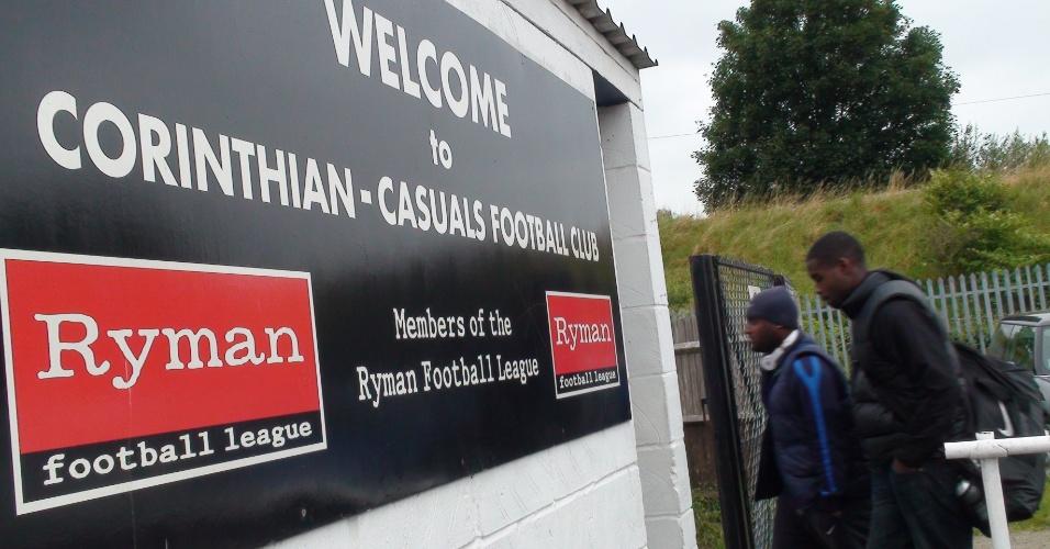 Jogadores do time da Scotland Yard, a polícia metropolitana de Londres, chegam para amistoso no estádio do Corinthians-Causals