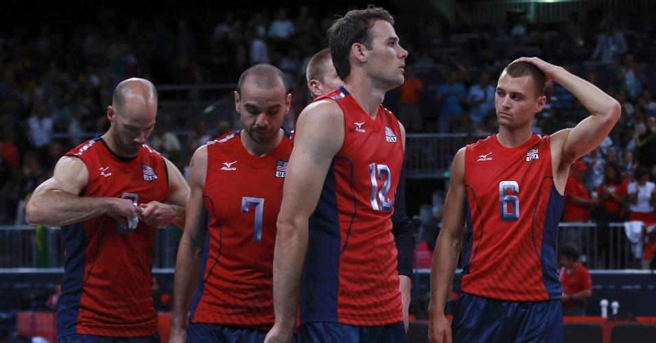 Jogadores dos Estados Unidos lamentam derrota para a Itália nas quartas de final do vôlei masculino