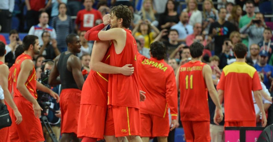 Jogadores espanhóis celebram vitória sobre a França, por 66 a 59, em partida das quartas de final do torneio olímpico