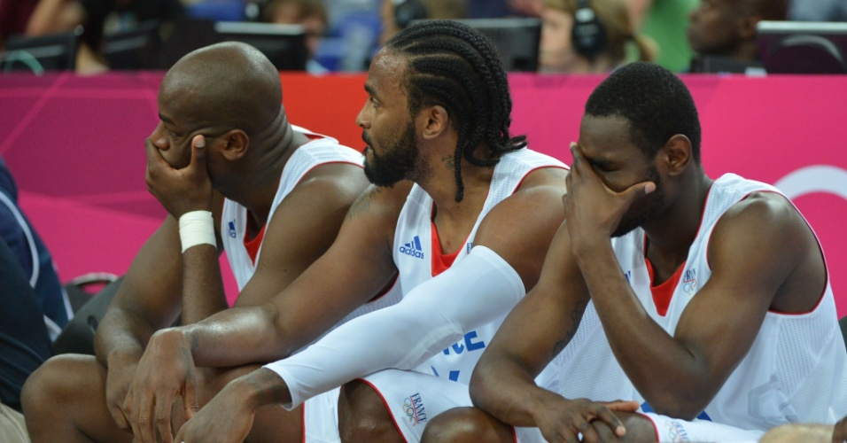 Jogadores franceses lamentam eliminação dos Jogos Olímpicos de Londres, após derrota para a Espanha, nas quartas de final