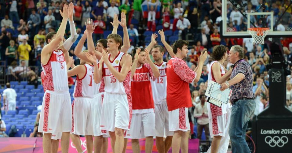 Jogadores russos celebram vitória por 83 a 74 contra a Lituânia, pelas quartas de final do torneio olímpico