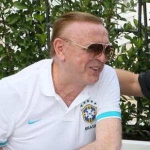 José Maria Marin, presidente da CBF, e o técnico Mano Menezes dão risada durante conversa realizada durante almoço no no Sopwell House Hotel, concentração da seleção em Londres (08/08/2012)