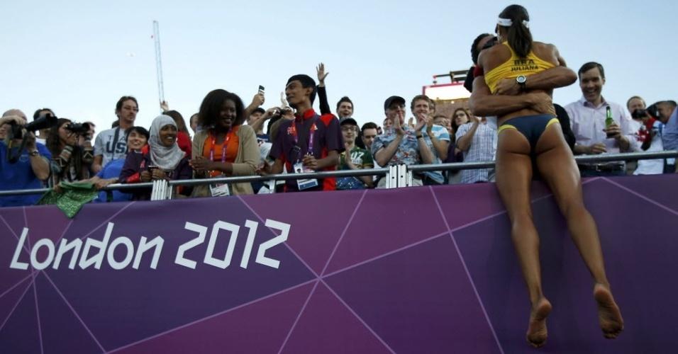 Juliana dá um beijo em rapaz na arquibancada para comemorar a medalha de bronze ao lado de Larissa