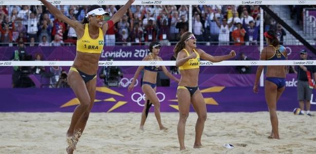 Juliana e Larissa comemoram a vitória sobre dupla chinesa e a conquista da medalha de bronze