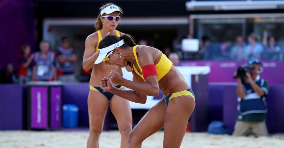Juliana e Larissa comemoram ponto conquistado em jogo que vale a medalha de bronze, contra as chinesas Chen Xue e Xi Zhang (08/08/2012)