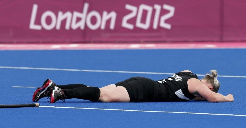 Katie Glynn, da Nova Zelândia, fica no chão após ser atingida na cabeça na semifinal feminina do hóquei na grama contra a Holanda