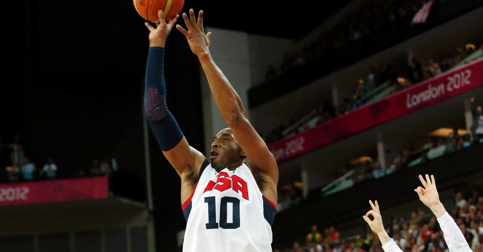 Kobe Bryant arrisca arremesso da linha dos três pontos contra a Austrália, em partida valendo vaga para semifinal olímpica
