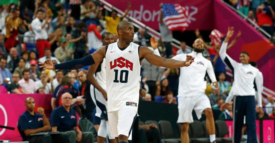 Kobe Bryant comemora cesta de 3 pontos em partida contra a Austrália