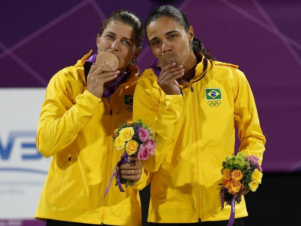 Larissa (e) e Juliana beijam a medalha de bronze no vôlei de praia conquistada nos Jogos Olímpicos de Londres