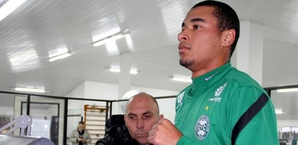 Lateral direito Henrique, ex-Paraná Clube, inicia treinamentos no Coritiba (08/08/2012)