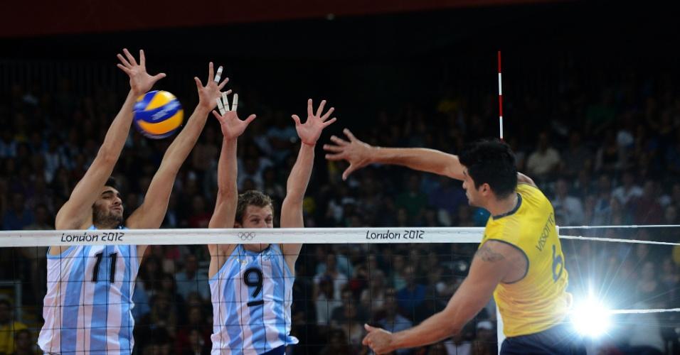Leandro Vissotto ataca contra bloqueio argentino antes de se machucar, ainda no primeiro set