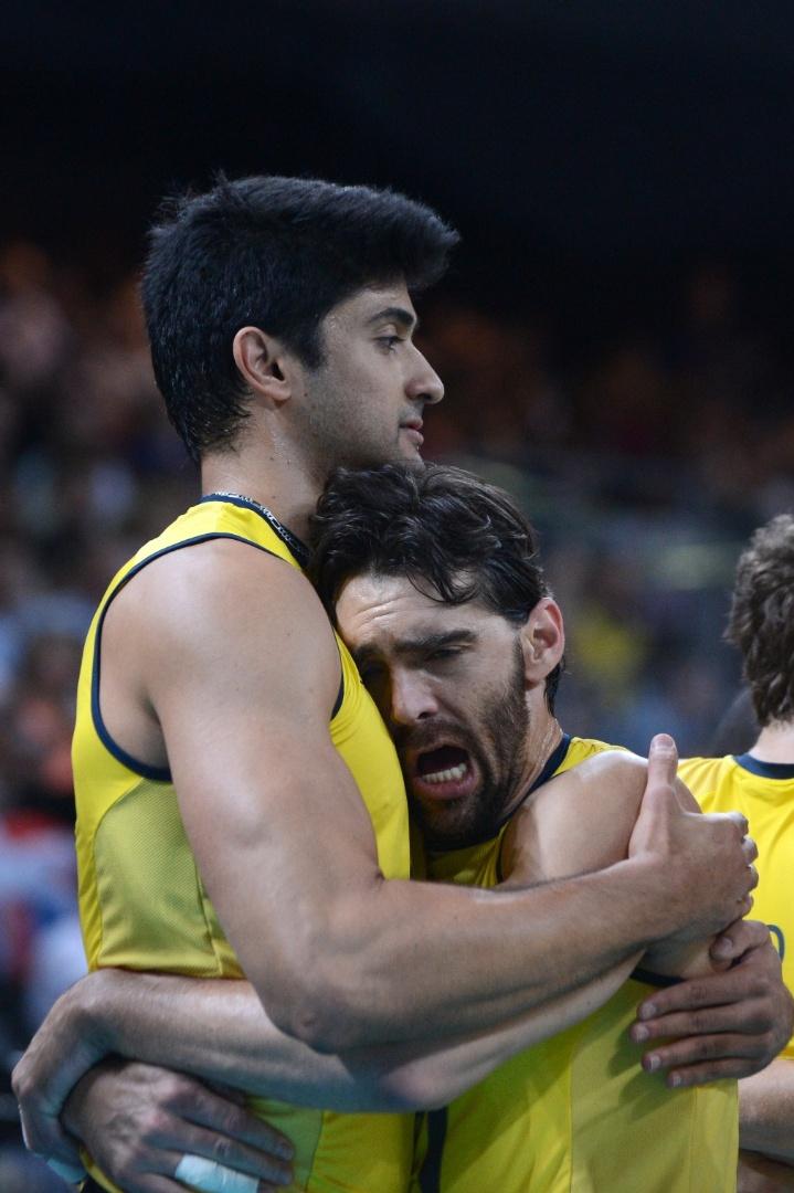 Leandro Vissotto é abraçado por Giba antes de início do jogo entre Brasil e Argentina no vôlei masculino