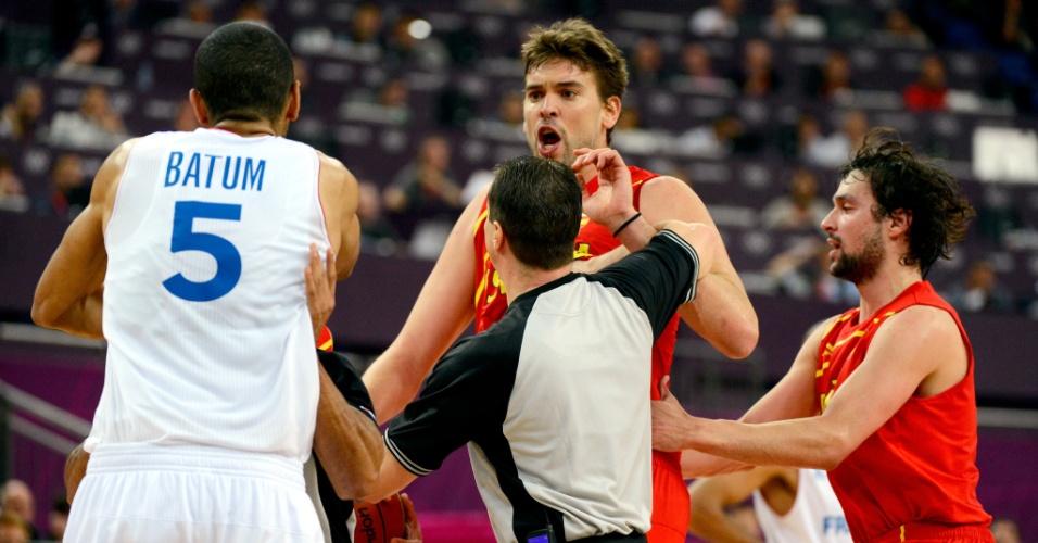Marc Gasol é contido por árbitro brasileiro Cristiano Maranho, após Nicolas Batum agredir Juan-Carlos Navarro, nos instantes finais de partida entre Espanha e França, pelos Jogos de Londres