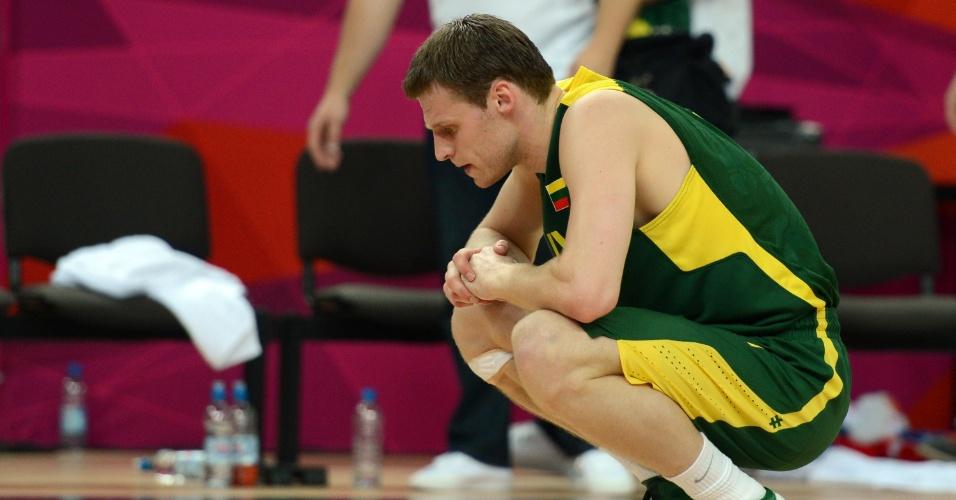 Martynas Pocius fica cabisbaixo após derrota da Lituânia para a Rússia, 83 a 74, nas quartas de final do torneio olímpico de basquete