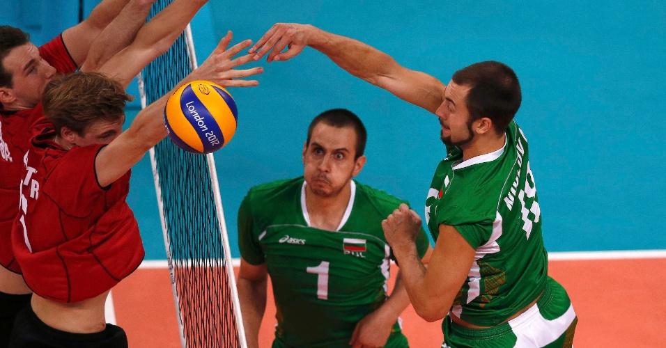 Nikolay Nikolov, da Bulgária, ataca contra bloqueio alemão na partida de quartas de final desta quarta-feira (08/08)