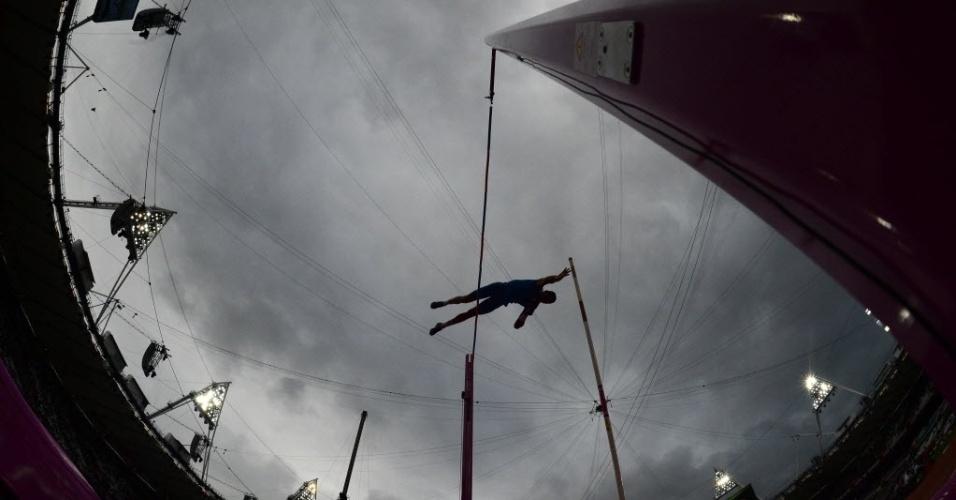 O australiano Steven Hooker durante a disputa do salto com vara em Londres