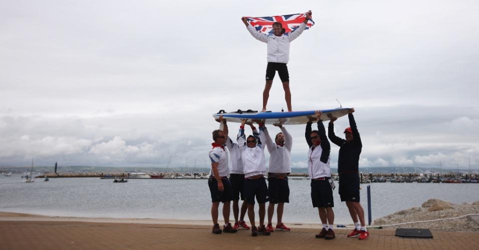 O britânico Nick Dempsey é carregado pelos compatriotas após a prata no windsurf