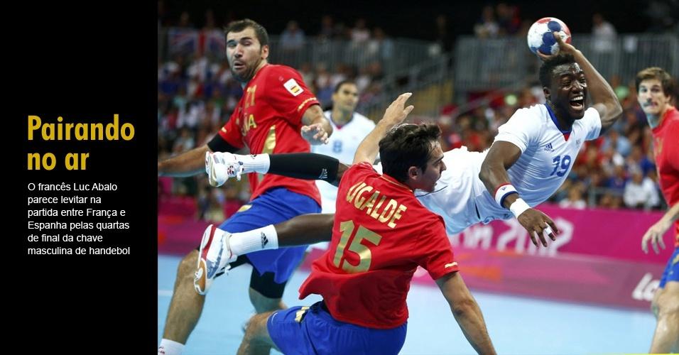 O francês Luc Abalo parece levitar na partida entre França e Espanha pelas quartas de final da chave masculina de handebol