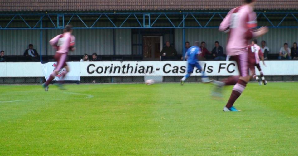 O jogo começa, e o Corinthians se mantém sempre à frente do placar na vitória de 3 a 2 contra os policiais