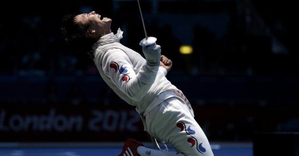 O sul-coreano Choi Byungchul comemora a vitória na esgrima