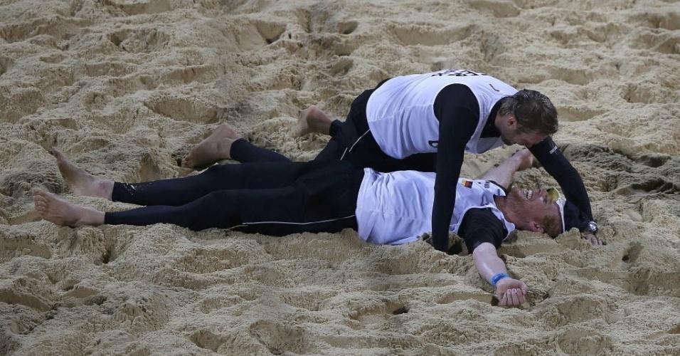 Os alemães Jonas Reckermann e Julius Brink comemoram vaga na final do vôlei de praia